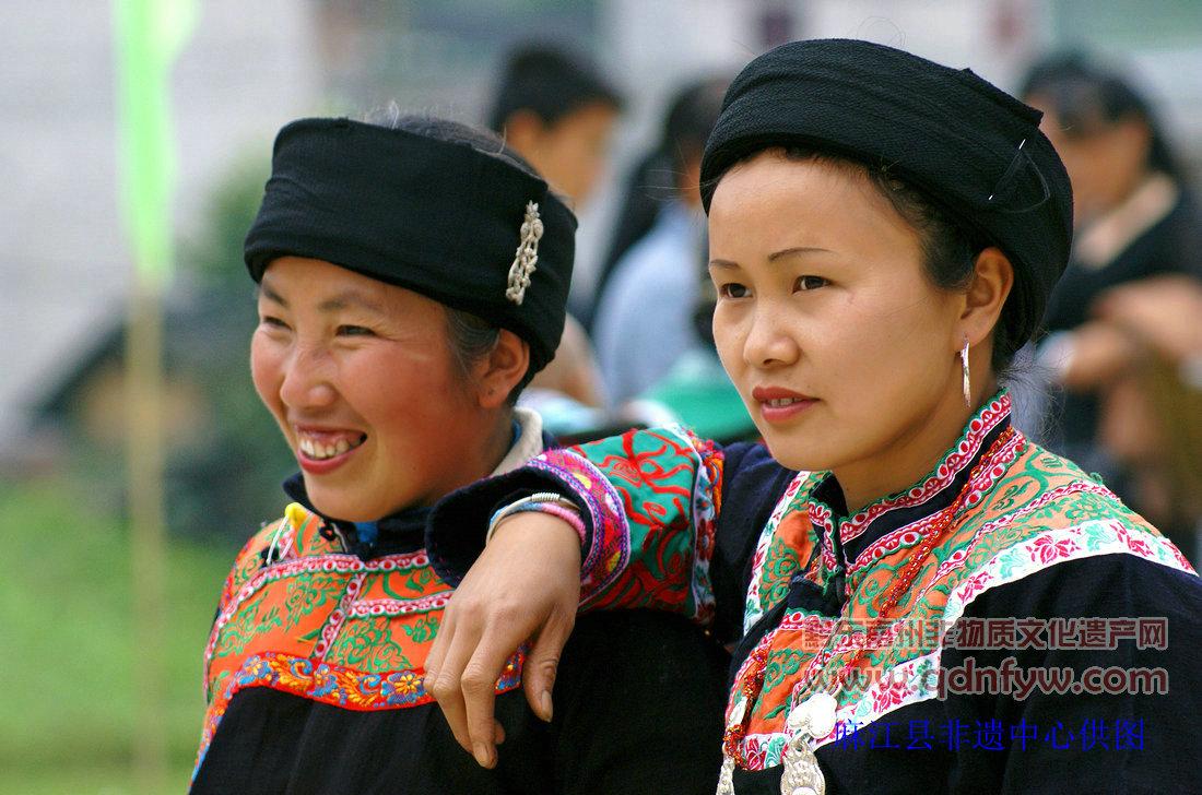 畲族人民穿着的一种服饰,凤凰装因以在服饰上饰以许多凤凰图案而得名.